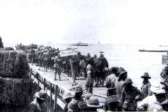 1915-Watsons-Pier-evacuating-wounded-soldiers-and-Turk-POWs