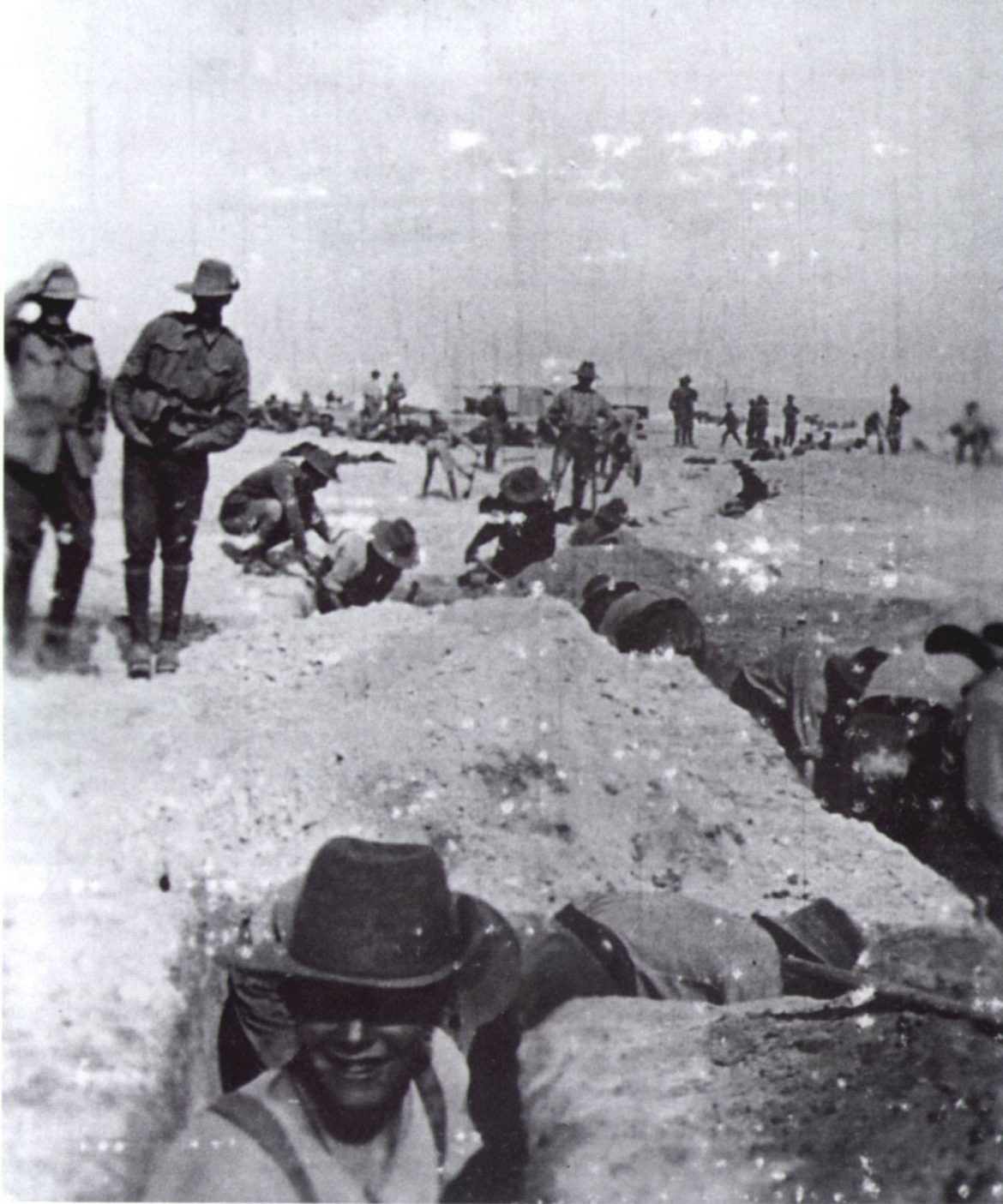 1915-3-Sect-digging-trenches-at-El-Kantara.jpg