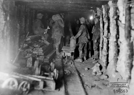 1917-Tunnellers-loading-trolleys.jpg